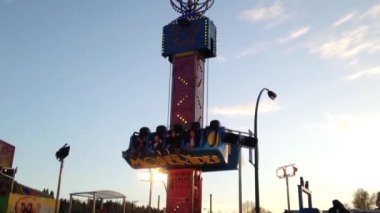 People having fun at the West Coast Amusements Carnival — Vídeo stock