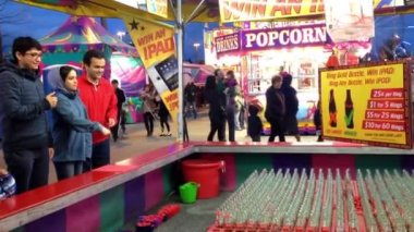 Carnival game of throwing rings over bottle necks at the West Coast Amusements Carnival — Stock Video