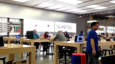 Motion of customers and shop assistants at the Apple store in Coquitlam BC Canada. — Vídeo de stock