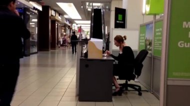 Man asking the H&R reception personnel inside shopping mall — Stock Video