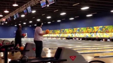 People play bowling in the playing hall — Stock Video
