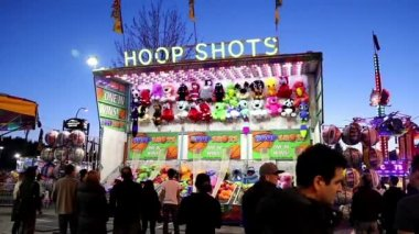 Basketball shooting game for winning animal doll at the West Coast Amusements Carnival — Vídeo stock