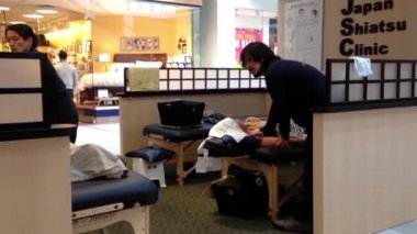 Man getting massage inside shopping mall in Burnaby BC Canada. — Stock Video