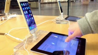 Motion of woman browsing new iphone information inside Apple store — Stock Video