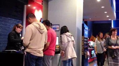 Lidé linie na nákup vip vstupenek film v kině — Stock video