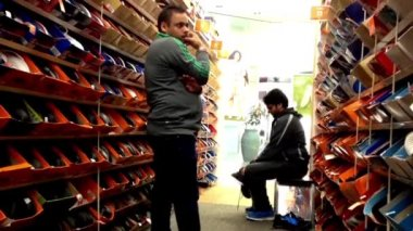 People looking a shoes at shoe store in Burnaby shopping mall — Stock Video
