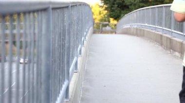 Köprü yürüyüş insanlar düşük açılı — Stok video