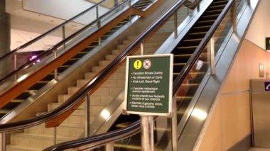 Jedna strana eskalátoru v Yvr airport — Stock video