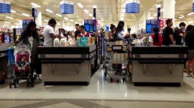 Un lado del check-out contador dentro de supermercado. — Vídeo de Stock
