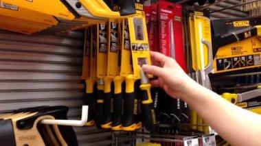 Mannen köper spola skära pull såg hemma Depot lagra — Stockvideo