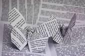 本から出てくる折り紙蝶 — ストック写真
