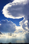 Groß durch wolken am abend — Stockfoto