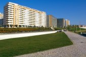 Apartment buildings and park — Stock Photo