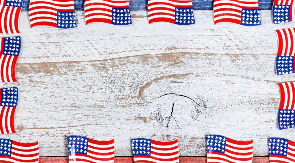 frontera de pequeas banderas de estados unidos en tableros rsticos con colores nacionales u fotos de