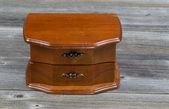 在乡村的木板上的橡木古董梳妆台 — 图库照片