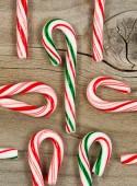 Rustik sedir ağacı Noel sezonu için şeker köpekler — Stok fotoğraf