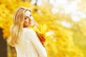 Smiling autumn woman — Stock Photo