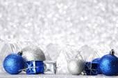 Christmas ball und geschenk — Stockfoto