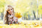 Kobieta jesień Park — Zdjęcie stockowe