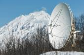 Satellite dish in the forest on background volcano — Fotografia Stock