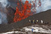 Eruption Tolbachik Volcano on Kamchatka, tourists on background fountain lava escaping from crater volcano — Stock Photo