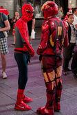Spiderman et ironman échangent de l'argent — Photo