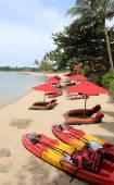 Bright colored beach with kayaks — Zdjęcie stockowe