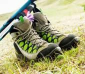 Botas de senderismo con bastones de trekking — Foto de Stock