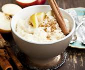 Rice Pudding with Apple and Cinnamon — Stock Photo
