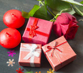 Valentine' s Day Little Presents and Roses — Stock Photo