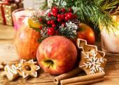 Apple, perník a koření s Vánoční dekorace — Stock fotografie