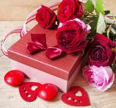 Roses et un cadeau pour la Saint Valentin — Photo