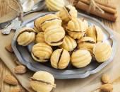 Galletas de forma de nueces con relleno de Chocolate — Foto de Stock