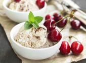 Tiramisu dondurma Closeup kiraz meyve ve nane ile — Stok fotoğraf