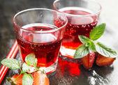 Çilek, dk ile şeffaf bardaklarda kırmızı suyu yenileme — Stok fotoğraf