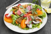 Fresh Salad Meal with Tomatoes,Lettuce,Peppers, Onion and Grille — Stock Photo