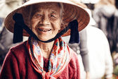 Undefined old woman portrait in Ha long city — Stockfoto