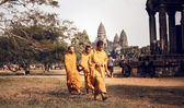Unidentified Buddhist monks in Angkor Wat complex — Stock Photo