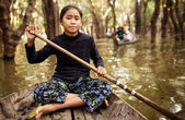 Unidentified Cambodian woman rowing her boat in Tonle Sap water village — Stock Photo