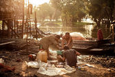 Unidentified khmer people repair their bot on Tonle Sap lake. — Stock Photo