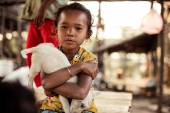 Unidentified little asian girl holding dog in her hands in Ton le Sap water village, — Stock Photo