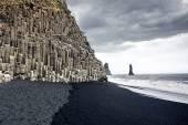 A praia de areia preta de reynisfjara e o reynisfjall de montagem — Fotografia Stock
