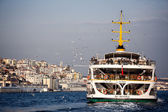 Floating ship and Instanbul city — 图库照片