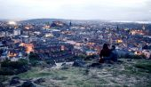 Couple on hill in Edinburgh — Stock Photo