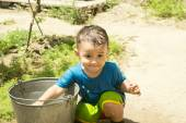 A boy plays with water — Stock Photo