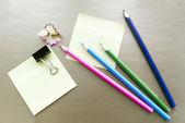 Altın arka plan üzerinde renkli kalemler — Stok fotoğraf