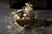 用稻草一篮子的复活节彩蛋 — 图库照片
