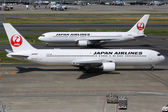 Japan Airlines Boeing 767-300 at Tokyo Haneda airport — Stock Photo