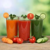 Healthy eating vegetable juice from carrots, tomatoes and cucumb — Stock Photo