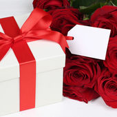 Gift box with tag and copyspace for birthday, Valentine's or mot — ストック写真